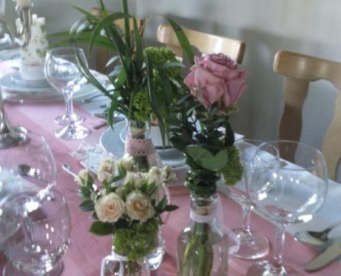 Tischdekoration - Flaschen in rose