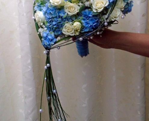Hochzeit - Brautstrauss Herz in blau-weiss