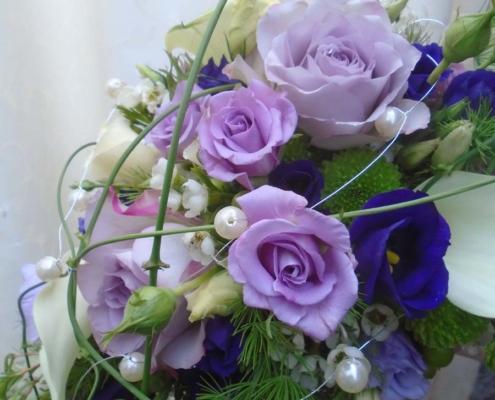Hochzeit - Brautstrauss lila Töne + weiss mit Perlen