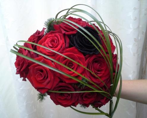 Hochzeit - Brautstrauss rote Herz mit scharzer Rose