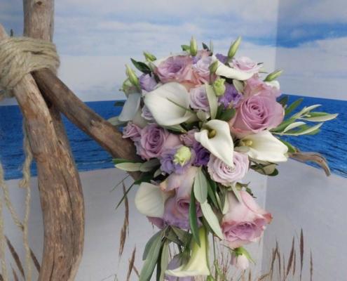 Hochzeit - Brautstrauss weisse Calla + lila Rosen